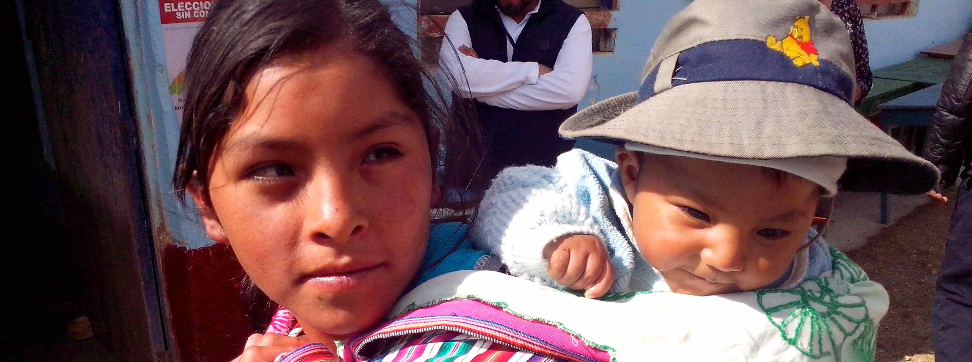 Niña y niño en Chullcupampa, Perú. Foto: Néstor Deras