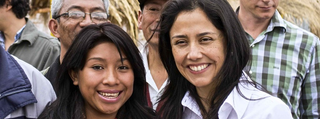 Nadine Heredia, Primera Dama del Perú (der.), con Karin Tuquer