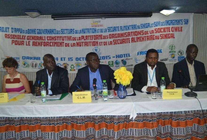 14 octobre 2015.  Ouverture de l'Assemblée Générale Constitutive de la plateforme société civile SUN Sénégal.  De gauche à droite la représentante de la coopération canadienne par ailleurs représentante des donateurs, le secrétaire Exécutif de l'ONG Eau-Vie-Environnement (membre de la Plateforme), le coordonnateur de la Cellule de Lutte contre la Malnutrition (CLM), le représentant du PAM et le représentant de l'Alliance Sénégalaise Contre la Faim et la Malnutrition (membre de la plateforme). © Aly Faye